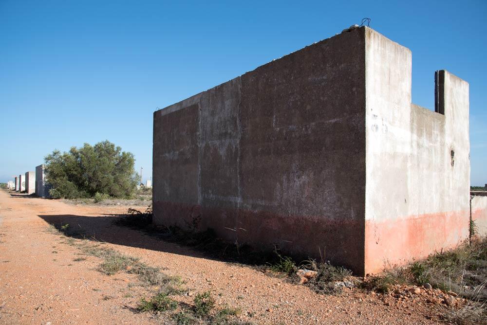Die Unerwünschten im Lager Rivesaltes. Gezeigt wird eine Lagerstraße. Sowie Gebäude, in denen Lagerinsassen untergebracht waren.