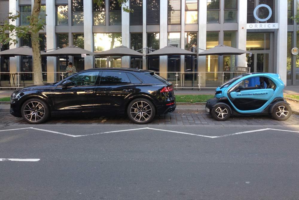 Vorteil des kleinen Elektroautos in der Stadt Düsseldorf - beim Energieverbrauch und beim Parken.