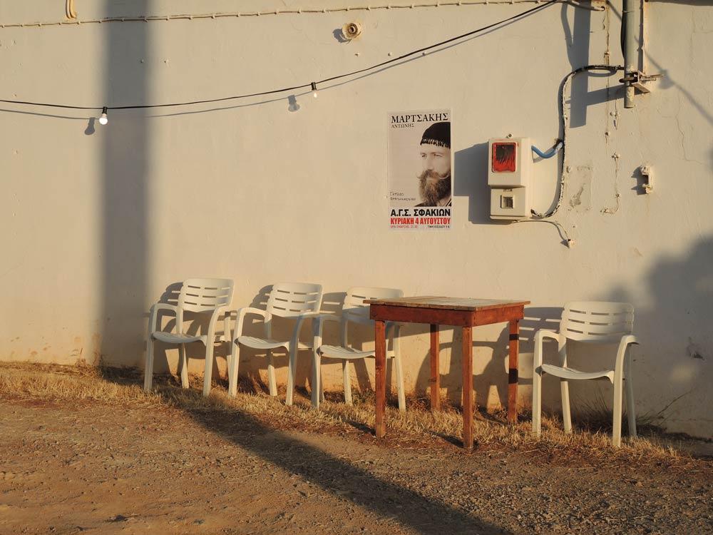 In Erwartung, Sonnenuntergangs-Stimmung, Tisch und Stühle