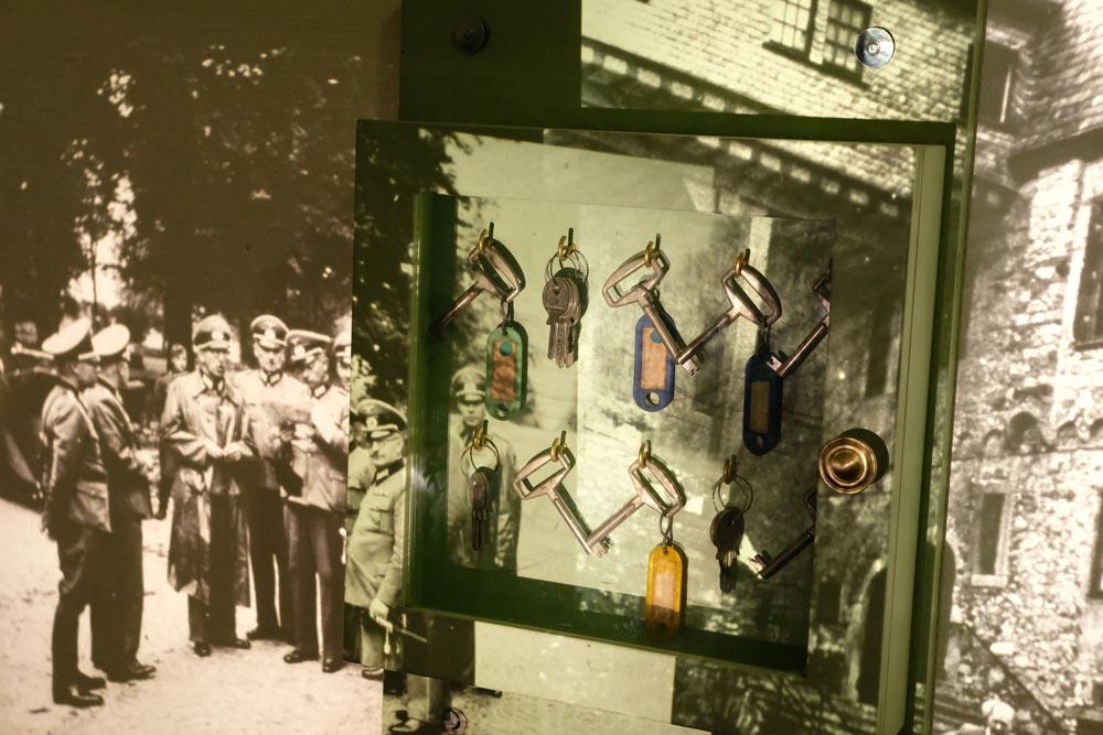 Das ist ein Schlüssel-Kasten - mit einer Dia-Projektion eines historischen Bildes aus dem Familienalbum.